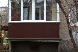 Остекление балкона с коричневой обшивкой с улицы по адресу ул. Чекистов2