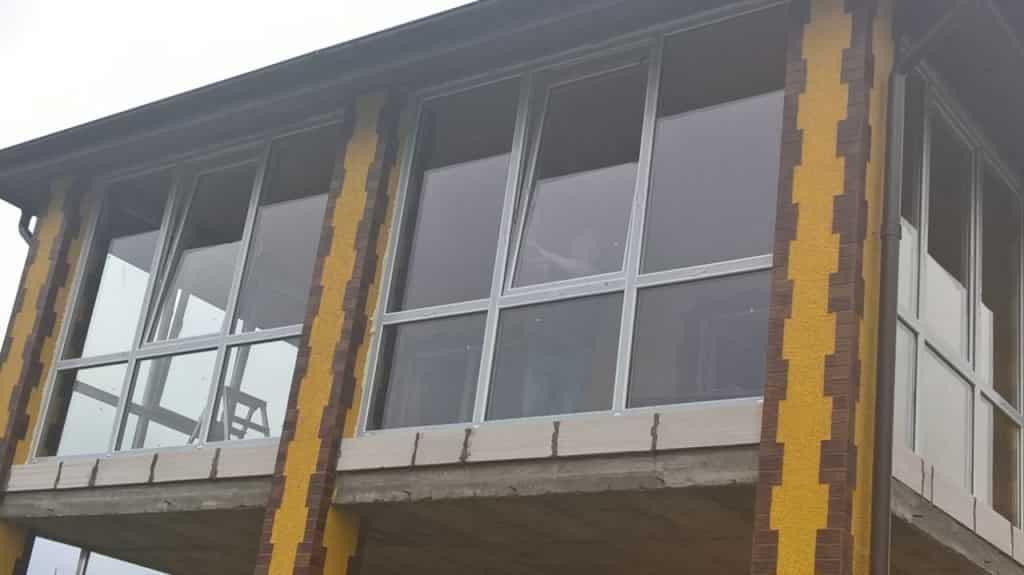 balkon-osteklen-5-kamernym-profilem-aljuplast