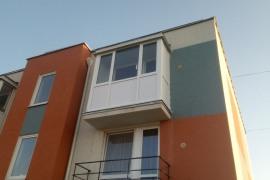 монтаж балкона  с крышей